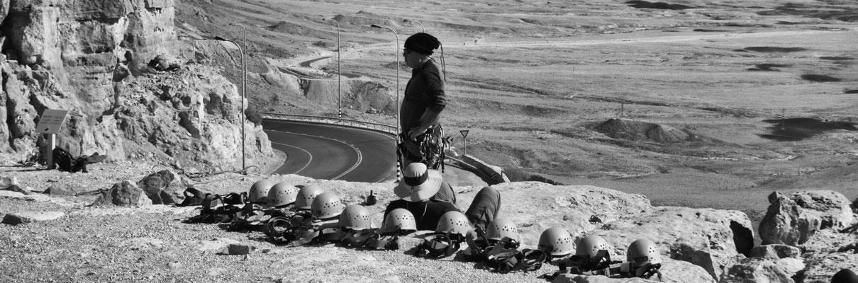 הכנות לגלישת מצוקים במצפה רמון, צילום: עזרי קידר